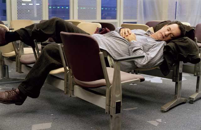 Tom Hanks   The terminal   Viktor Navorski steso su alcune sedie in sala dattesa in aeroporto In Aeroporto? Un Cinema!